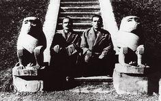 31. Ο Νίκος Καζαντζάκης με τον Παναΐτ Ιστράτι στον «Τροπικό Κήπο» του Borjom, ανάμεσα σε δύο αρχαία αιγυπτιακά αγάλματα πιθήκων, τους οποίους μιμούνται. 1928