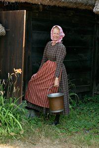 I halländska Oktorpsgården, som visar en miljö från 1870-talet, bär kvinnorna den rutiga nyrokokoklänningen som var mycket omtyckt och använ...