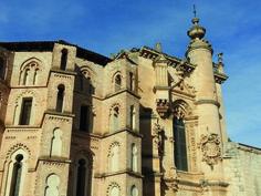 CG03: Dit is de kerk en voormalig klooster de San Pablo uit 1324 in Peñafiel. Het gebouw heeft een opvallende Moors-Gotische bouwstijl met bakstenen bogen aan de buitenkant en een prachtig versierde grafkapel binnen.