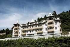 Enjoy elegant delights at the Seehotel Bellevue in Zell am See. The hotel is a feast for the senses and allows you to enjoy sheer relaxation. Lakeside Hotel, The Better Angels, Zell Am See, Ski Holidays, Free Park, Double Room, Lake View, Hotel Offers, Austria