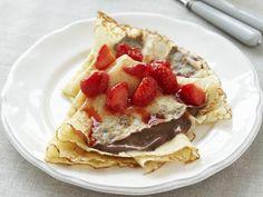 Filigrane Pfannkuchen mit Erdbeeren und Schokolade ist ein Rezept mit frischen Zutaten aus der Kategorie Crêpe. Probieren Sie dieses und weitere Rezepte von EAT SMARTER!