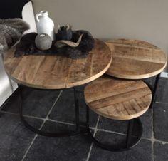 Robuuste bijzetter salontafel, met een vintage uitstraling.Deze tafels kunt u zowel apart of als set bestellen. Doordat de tafeltjes onder elkaar passen, is dit setje ook zeer functioneel