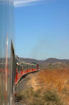 El chepe, el único tren de pasajeros que sobrevive en #Mexico, atravezando los paisajes de la Barranca de Cobre, en  #Chihuahua. http://www.bestday.com.mx/Chihuahua/ReservaHoteles/