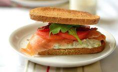 Κρύο σάντουιτς με σολομό, ντομάτα και ρόκα
