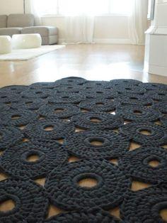 Crochet rug [mondial tissus mood] on aime ce splendide tapis en crochet ! Crochet Diy, Crochet Home Decor, Love Crochet, Crochet Crafts, Yarn Crafts, Diy Crafts, Crochet Rugs, Modern Crochet, Tunisian Crochet