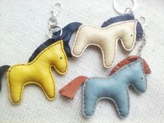 Charme en cuir, porte-clés, accessoires pour sac avec cheval Ceux-ci font les cadeaux parfaits petits Ce cheval fait de cuir véritable et rempli de