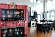 küchendesign industrielle küche rote akzente