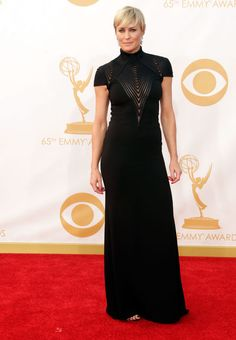 Robin Wright porte une longue robe noire Ralph Lauren Collection automne-hiver 2013-14 http://www.vogue.fr/mode/inspirations/diaporama/les-looks-du-mois-de-septembre-des-podiums-a-la-realite/15498/image/863437#dimanche-22-septembre-robin-wright-porte-une-longue-robe-noire-ralph-lauren-collection-automne-hiver-2013-14-lors-des-emmy-awards