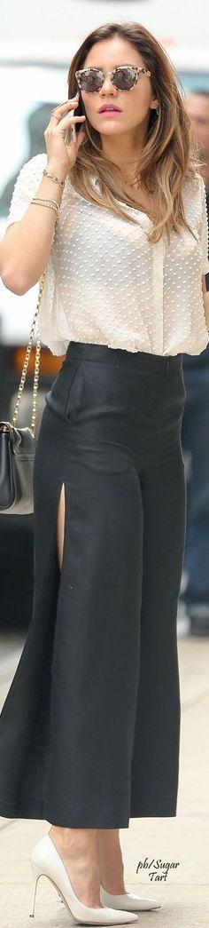 Pantalon large fendu, chemisier blanc à pois blanc transparent, lunettes de soleil