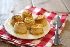 Heb je zin in een lekkere en simpele snack voor bijvoorbeeld een feestje? Probeer dan eens deze kaas-ui-knoflookrolletjes!