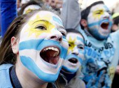 Uma multidão de pessoas saiu às ruas de Montevidéu para comemorar a conquista uruguaia