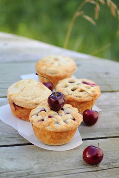 Mini Cherry Pies made in cupcake pan. If pies are the new cupcake then these mini cherry pies can rival any cupcakes in the cuteness category and they're home-made and so delicious. Great for a picnic! Köstliche Desserts, Delicious Desserts, Dessert Recipes, Yummy Food, Pie Recipes, Cooking Recipes, Mini Cherry Pies, Mini Pies, Yummy Treats