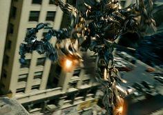 Megatron lleva a  Jazz hasta la punta de un edificio donde luego dará muerte al autobot. #Decepticon #Autobot