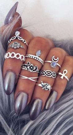 Sieht soo geil aus Graue/silberne, glänzende Nägel, dazu silberne Ringe. Noch schöner wenn 1-3 der Ringe ein blaues Detail hat, wie auf dem Bild!