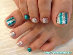 シルバーとグリーンのラメでストライプにしたフットネイル Foot nail you to striped lame and green silver. Pedicure Designs, Pedicure Nail Art, Toe Nail Designs, Mani Pedi, Manicure, Two Color Nails, Nail Colors, Cute Toes, Pretty Toes