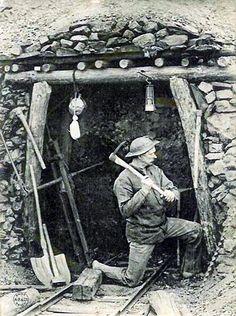Douai, mine de l'Escarpelle, entrée d'une galerie, Nord, 1900s. Old Pictures, Old Photos, Vintage Photos, Minions, Coal Miners, Postcard Art, Old Photography, Unique Buildings, Installation Art