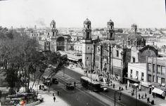 AvenidaHidalgo frente a la Alameda Central,  en el centro histórico de la CiudaddeMéxico (c. 1933).