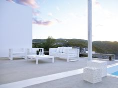 salons de jardin –design-lounge-canapé-blanc-fauteuils-blancs-na xemena-gandia-blasco