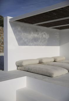 Outdoor lounge area. Maison Kamari by React Architects. © Damien De Medeiros.