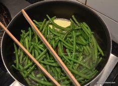 Pastai cu usturoi reteta de fasole verde sotata la tigaie | Savori Urbane Seaweed Salad, Veggie Recipes, Spinach, Unt, Food And Drink, Vegetables, Cooking, Ethnic Recipes, Green