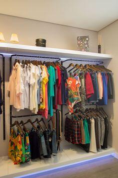 Boutique Interior, Clothing Store Interior, Clothing Store Displays, Clothing Store Design, Boutique Decor, Tumblr Room Decor, Closet Shoe Storage, Store Layout, Small Closets