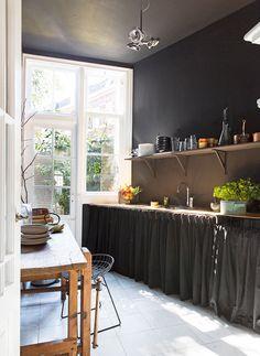 Decoração de: Cozinha; cortinas pretas;  Casa de Valentina