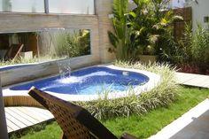 Mini-piscinas são ideias para dividir os ambientes de um jardim