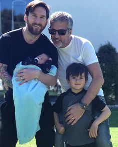 Messi with his dad and sons Messi Son, Messi Soccer, Neymar Jr, Messi Messi, God Of Football, Football Images, Football Players, Messi Life, Messi Style