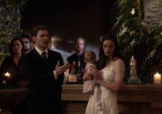 "The Originals – TV Série - Niklaus ""Klaus"" Mikaelson (Joseph Morgan) - Hayley Marshall (Phoebe Tonkin) - baby Hope Mikaelson - daughter (filha) - father (pai) - dad (papai) - mother (mãe) - mom (mamãe) - happy family (família feliz) - Hayley and Hope and Klaus"