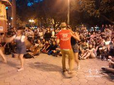 Swingtiago junaot a Roberto Tapia organizó una jam de jazz manouche, swing y lindy hop en chile plaza Ñuñoa. El exito fue increible