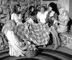 Minnie Pearl & the Hee Haw Honeys Old Quilts, Antique Quilts, Vintage Quilts, Vintage Sewing, Old Photos, Vintage Photos, Sewing Humor, History Of Quilting, Hee Haw
