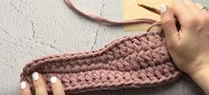 Papuci de cameră extraordinari cu talpă dublă din fire de croșetat! - Pentru Ea Knitted Slippers, Merino Wool Blanket, Knots, Sewing Patterns, Crochet, Handmade, Socks, Ideas, Crochet Projects