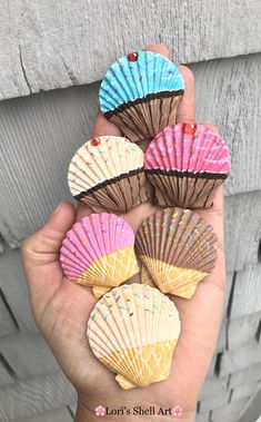 Set of 6 hand-painted cupcake and ice cream cone scallop shell magnets. Coastal decor by Lorishellart on Etsy Rock Crafts, Cute Crafts, Diy Crafts To Sell, Arts And Crafts, Seashell Crafts Kids, Seashell Projects, Crafts With Seashells, Mermaid Crafts, Driftwood Projects