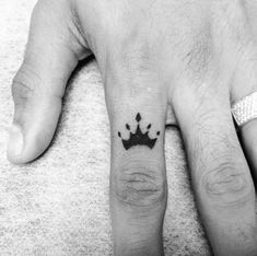 finger crown tattoo for man parmak taç dövmesi erkek – Tattoo Ideen Small Tattoos Men, Simple Tattoos For Guys, Trendy Tattoos, Tattoos For Women, Cool Tattoos, Tribal Tattoos, Easy Tattoos, Crown Finger Tattoo, Crown Tattoo Men