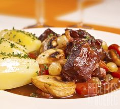 Boeuf bourguignon (the classy French version of pot roast, delicious! Kitchen Recipes, Gourmet Recipes, Dinner Recipes, Dinner Ideas, Korma, Steak Recipes, Slow Cooker Recipes, Crockpot Meat, Confort Food