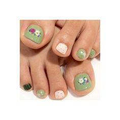 レトロなグリーンに、お花のブーケを添えて。ちょっと昭和な雰囲気も漂うような、不思議な魅力のネイルです。