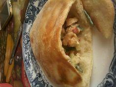 """Egy kiváló pita kenyérlepény recept! A pita igen elterjedt Görögországban, a Balkánon, valamint Törökországban. A """"zseb"""" a pitában a gőz által jön létre, ami felfújja a tésztát. Ahogy a kenyér lehűl és ellaposodik, a zseb megmarad a közepén. Apple Pie, Tacos, Ethnic Recipes, Desserts, Food, Tailgate Desserts, Deserts, Essen, Postres"""