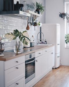 With marble details, sleek black accents and coordinating cabinets, these modern white kitchen appliances look anything but old fashioned. Home Decor Store, Decor, Dining Room Design, Kitchen Remodel, Kitchen Design, Kitchen Inspirations, Interior Inspo, Home Decor, Home Decor Shops