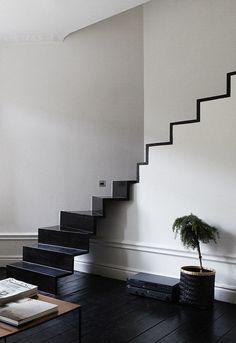 Décoration intérieure maison / Escaliers suspendus / Noir peinture parquet peint /Black white / Design contemporain / idée inspiration tendance