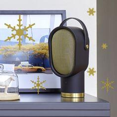 Relookée en noir et or très chic pour Noël ou dans sa version originale blanche, l'enceinte bluetooth Lenny est née d'une collaboration entre le studio Habitat et la marque de hi-fi haut de gamme française Elipson. Un bijou de design et de technologie nomade, primé aux German Design Award 2016, à glisser dans les souliers d'un(e) mélomane d'aujourd'hui.  299€