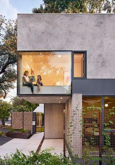 Alterstudio designs Austin residence around existing oak tree Architecture Résidentielle, Contemporary Architecture, Contemporary Design, Minimalist Architecture, Sustainable Architecture, Architecture Colleges, Enterprise Architecture, Contemporary Stairs, Contemporary Building