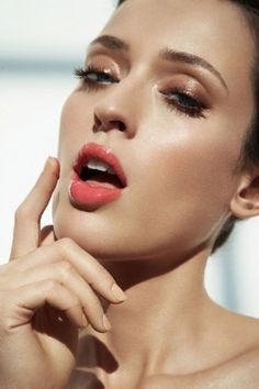 Glossy lids, dewy skin, and coral lips. Fall Makeup, Summer Makeup, Lip Makeup, Beauty Makeup, Hair Beauty, Coral Makeup, Halloween Makeup, Makeup Brushes, Bronze Makeup Look