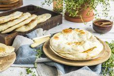 Oppskrift på greske pitabrød | Olivero - smaken av Middelhavet Gyro Pita, Camembert Cheese, Bread, Tzatziki, Baking, Ethnic Recipes, Food, Meal, Patisserie