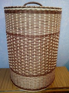 Recycled Paper Crafts, Cardboard Crafts, Newspaper Basket, Newspaper Crafts, Paper Weaving, Loom Weaving, Basket Weaving Patterns, Wicker Hamper, Paper Wall Art