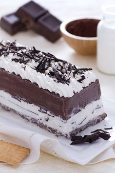 La torta gelato è un dessert che non può mancare nel ricettario di un italiano e la si deve assaggiare almeno una volta nella vita! Perfetta da presentare agli ospiti come elegante conclusione di una cena in compagnia, è maestosa nei suoi strati saporiti: #biscotti, cioccolato, panna e vaniglia...una bontà! Ricetta GialloZafferano. Italian ice cream dessert recipe