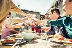 Eating and drinking is a crucial part of French culture and social life. There are rules and codes to be aware of so here are some of the dos and don'ts of French dining etiquette. Barbecue Party, Food Intolerance Test, Dining Etiquette, Seasonal Food, French Food, French Diet, Pasta, Pyrex, Wine Tasting