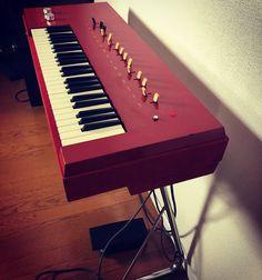 ヤマハコンボオルガン第一号と言われているA-3。エレクトーンという品名が付いていますがその後発売されるいわゆるエレクトーンとはコンセプトは異なります。ヤマ... Music Images, Music Store, Yamaha, Piano, Music Instruments, Retro, Keyboard, Musical Instruments, Pianos