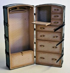 My version of Sharon's Belle Epoch Travel Trunk - the inside. It is 1:12 miniature and stands 12cm high.
