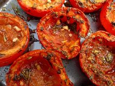Tomaten uit de oven Ingrediënten      tomaten (7-10 stuks)     kruiden (zoals tijm, oregano, basilicum)     2 tenen knoflook     olijfolie     peper en zout  Bereidingswijze  Het is weer tomatentijd. Veel tuinders verkopen een zak vol tomaten voor anderhalve euro. Met dit heerlijke ovengerecht eet je gemakkelijk veel tomaten en krijg je dus een berg vitamines binnen.