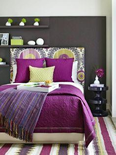 schlafzimmer design wandfarbe grautöne bett teppich lila akzente dekoideen